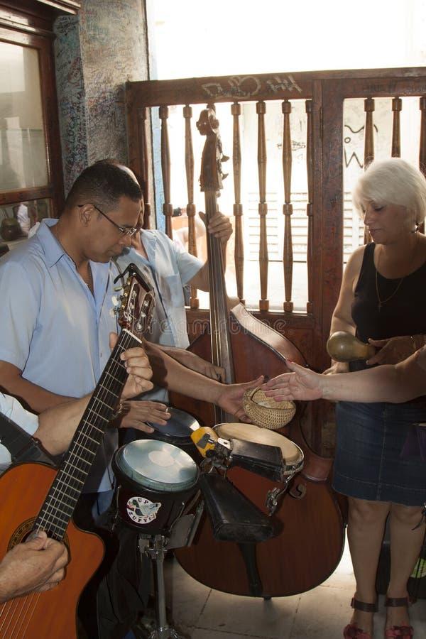 Mojito Куба Гавана бара Hemingway с музыкантом стоковые фотографии rf