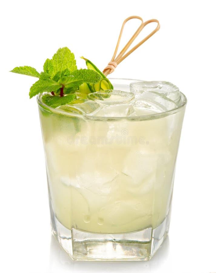 Mojito alkoholu koktajl z świeżą mennicą odizolowywającą na bielu fotografia royalty free