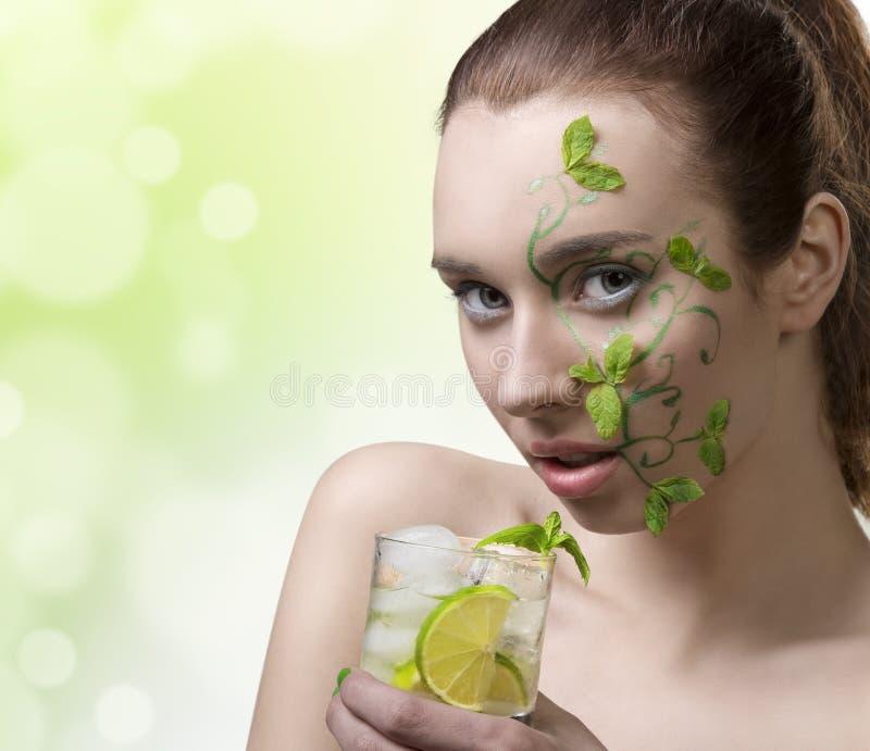 Mojito bebendo da menina da beleza com composição criativa imagem de stock royalty free
