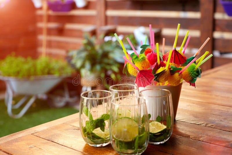Mojito-Cocktail auf einem Barzähler lizenzfreie stockbilder