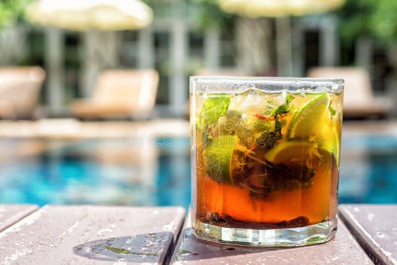 Mojito-Cocktail auf Poolside Swimmingpool und Erholungsort im backgro lizenzfreies stockfoto