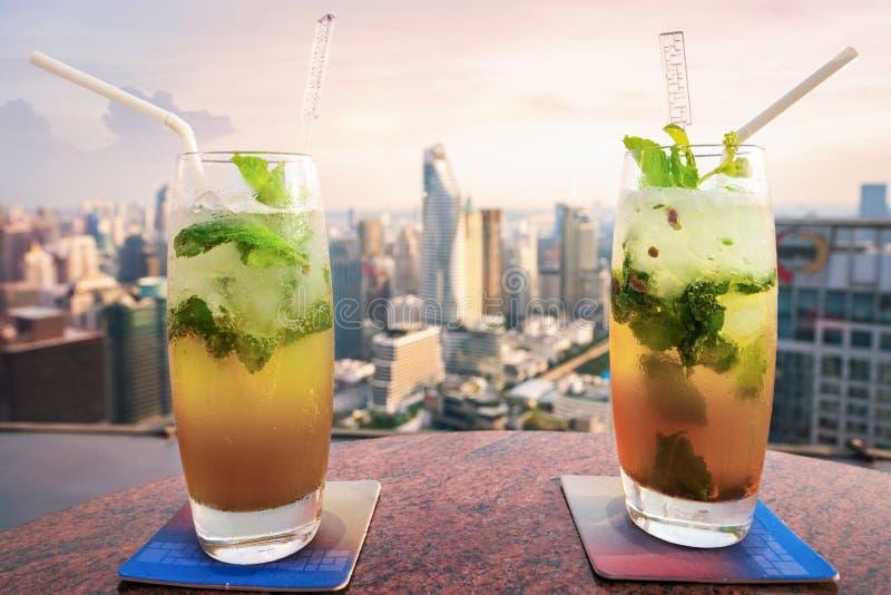 Mojito-Cocktail auf Tabelle in der Dachspitzenbar stockfotos