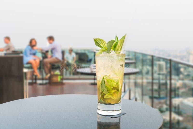 Mojito-Cocktail auf Tabelle in der Dachspitzenbar lizenzfreies stockbild