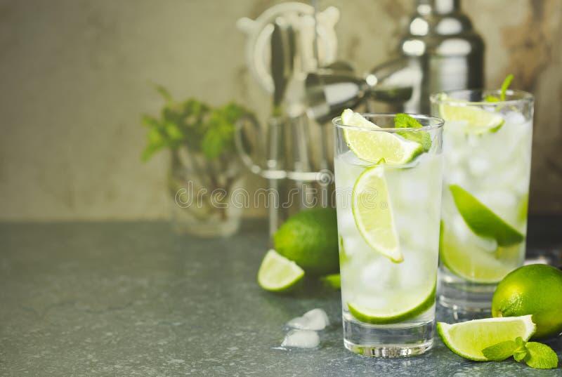 Mojito-Cocktail mit Kalk und Minze im Glas auf einer Steintabelle lizenzfreie stockfotos