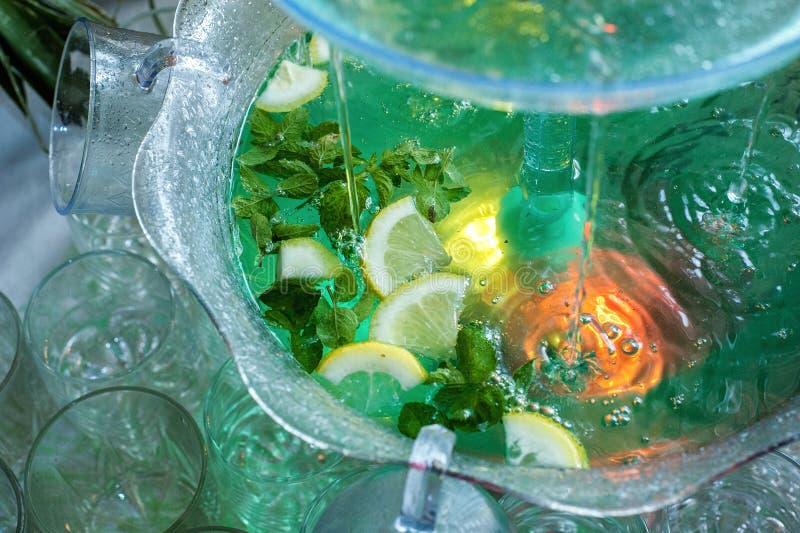 Mojito cocktail poca fontana versa un cocktail immagine stock