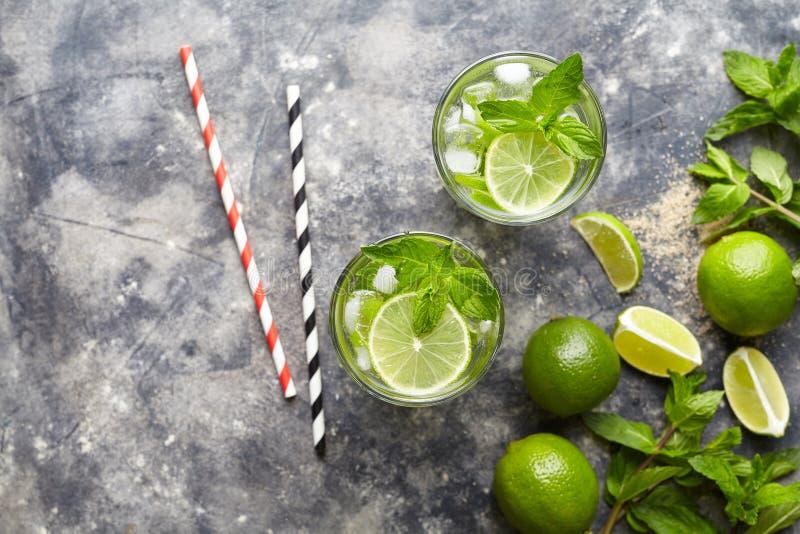 Mojito-Cocktail traditionelles Kuba-Reiseferiengetränk mit Rum, Eis, Minze, Kalkscheiben in highball Glas stockbild