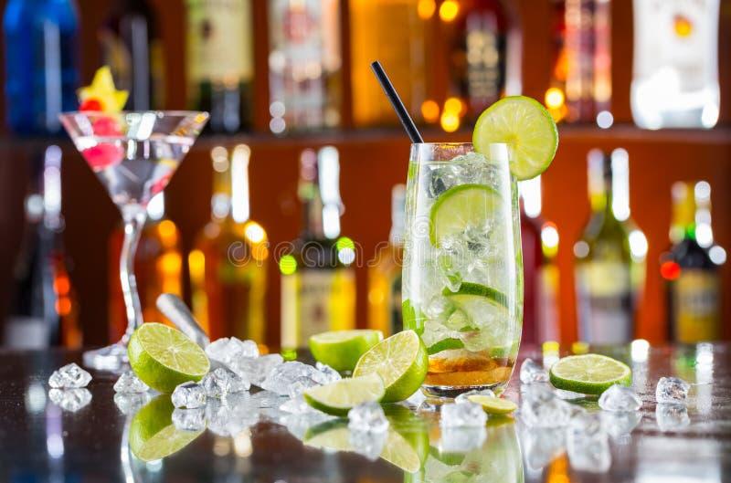 Mojito-Cocktailgetränk auf Barzähler stockbild