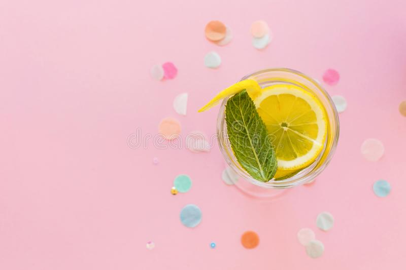 Mojito-Cocktailgetränk auf modischem rosa Papierhintergrund mit confe stockbilder
