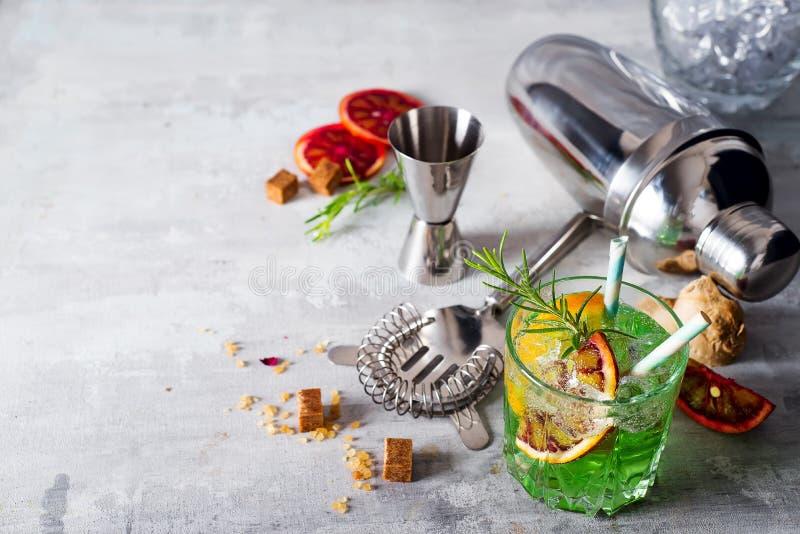 Mojito-Cocktailherstellung Minze, Kalk, Glas, Eis, Bestandteile und Schüttel-Apparat lizenzfreies stockbild