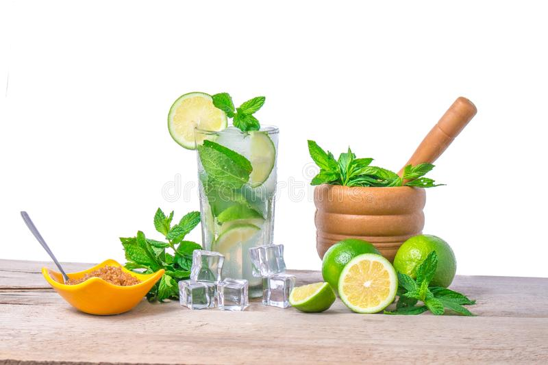 Mojito coctail med ny limefrukt Mojito coctailingredienser royaltyfri bild