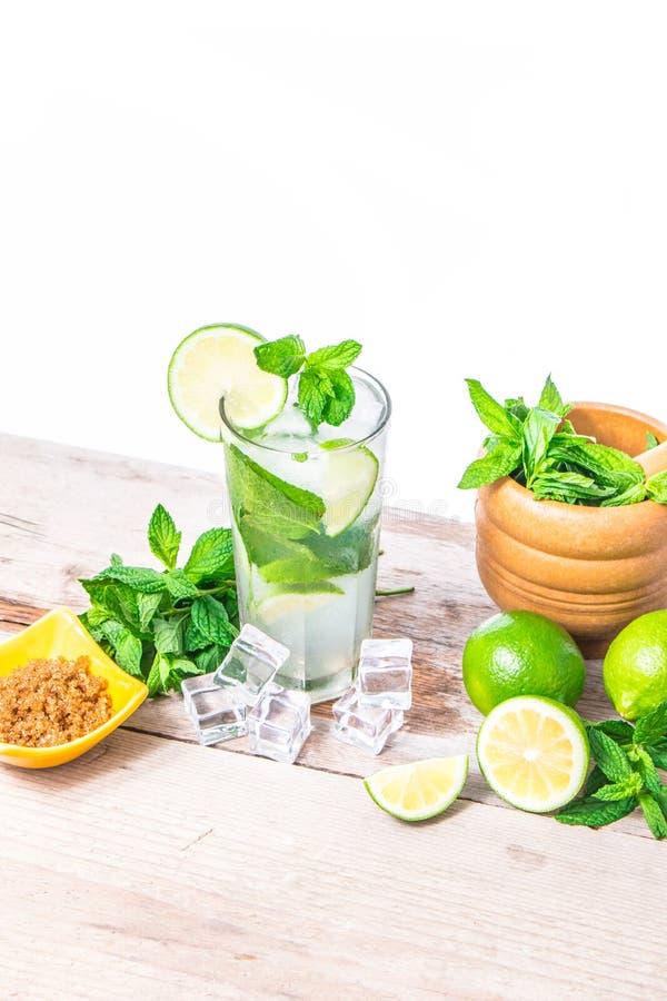 Mojito coctail med ny limefrukt, mintkaramellsidor och is Uppfriskande alkoholdrink royaltyfria foton