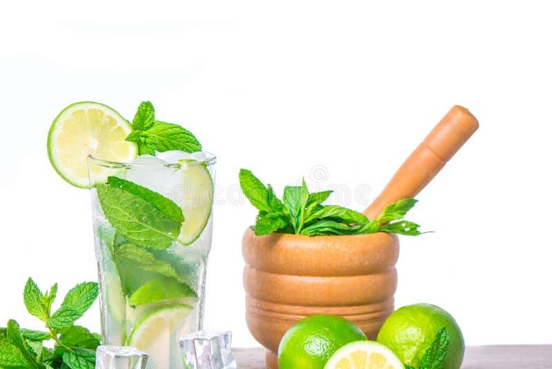 Mojito coctail med nya limefrukt, mintkaramellsidor och iskuber Mojito coctailingredienser fotografering för bildbyråer