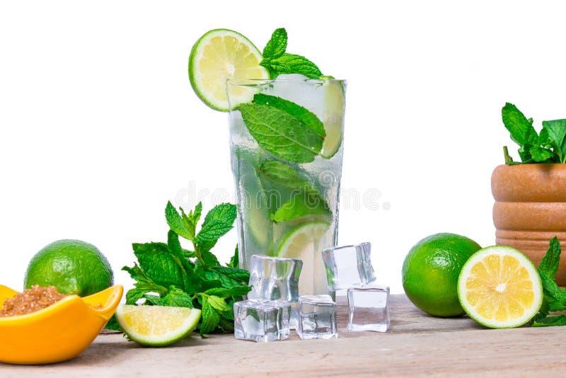 Mojito coctail med nya limefrukt, mintkaramellsidor och iskuber i ett genomskinligt exponeringsglas fotografering för bildbyråer