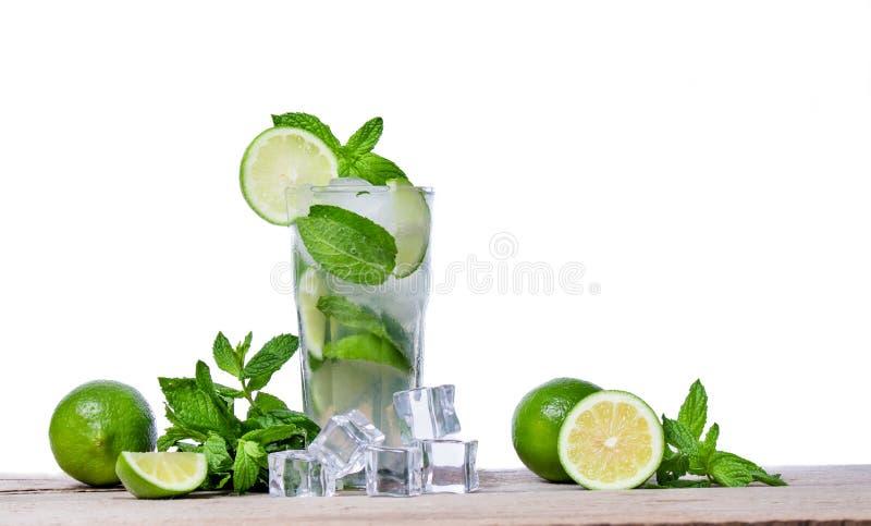 Mojito coctail med nya limefrukt, mintkaramellsidor och iskuber i ett genomskinligt exponeringsglas arkivbilder