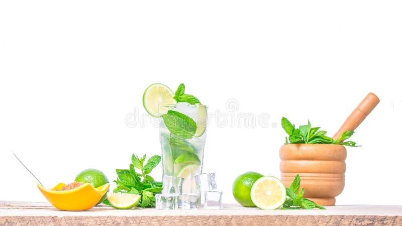 Mojito coctail med nya limefrukt, mintkaramellsidor och iskuber i ett genomskinligt exponeringsglas royaltyfri bild