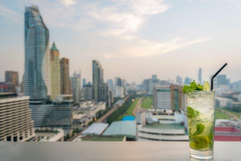 Mojito coctail p? tabellen i takst?ng med punkt f?r Bangkok stadssikt i Bangkok Thailand H?rlig takst?ng i Bangkok arkivbilder
