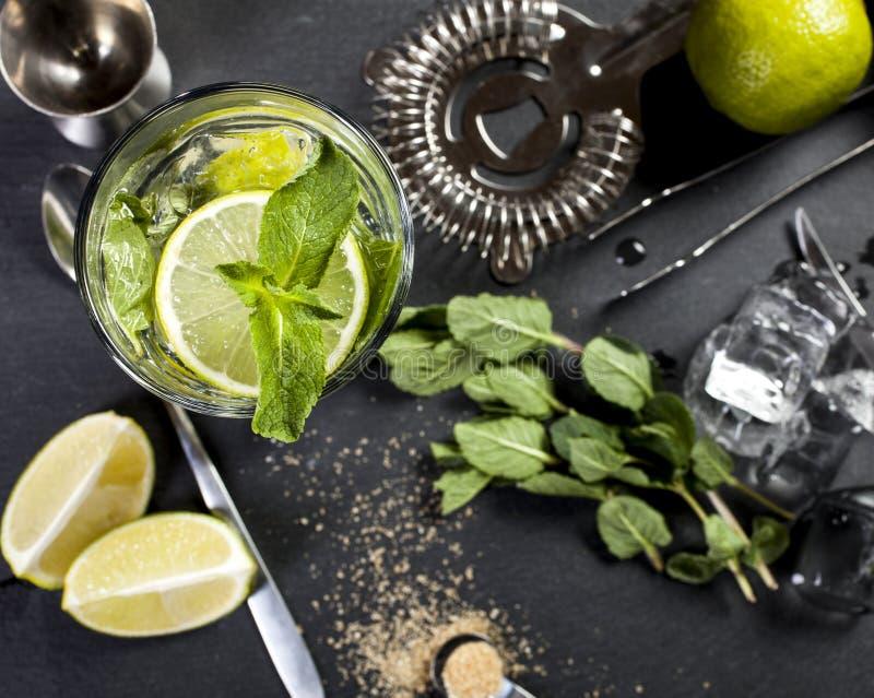 Mojito coctaildanande Ingredienser och redskap arkivfoton