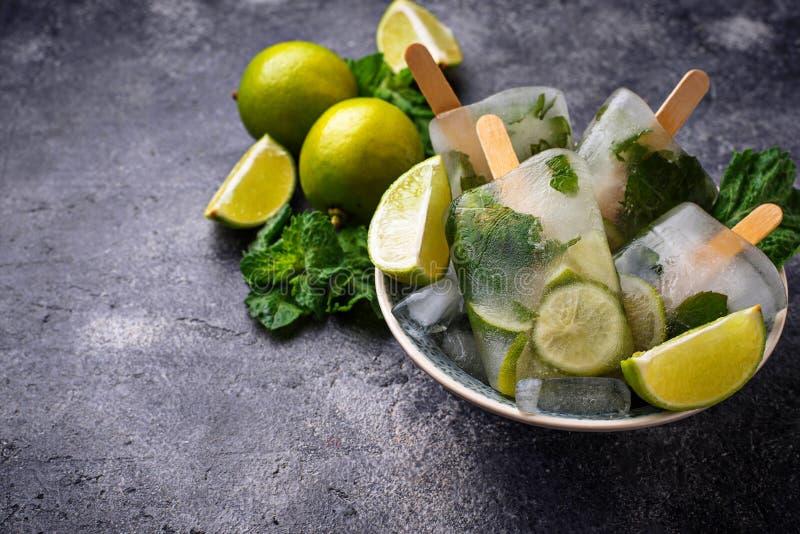 Mojito coctailisglass med mintkaramellen, limefrukt och rom arkivbild
