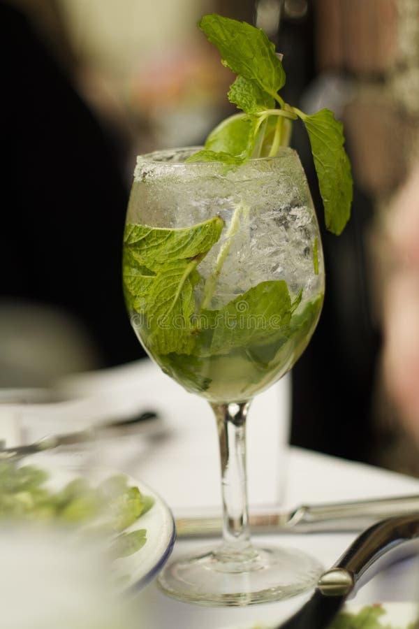 Mojito Cubano或caipirinha鸡尾酒、被冰的饮料与石灰和薄菏 库存图片