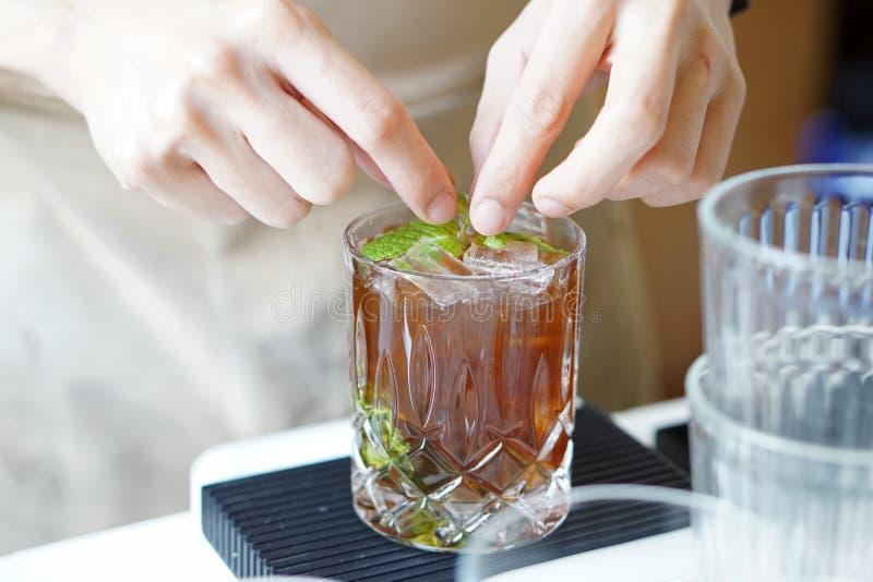 Mojito de café negro picado - Un vaso de café frío mezclado con azúcar marrón, frutas tropicales y menta sobre fondo borroso, imágenes de archivo libres de regalías