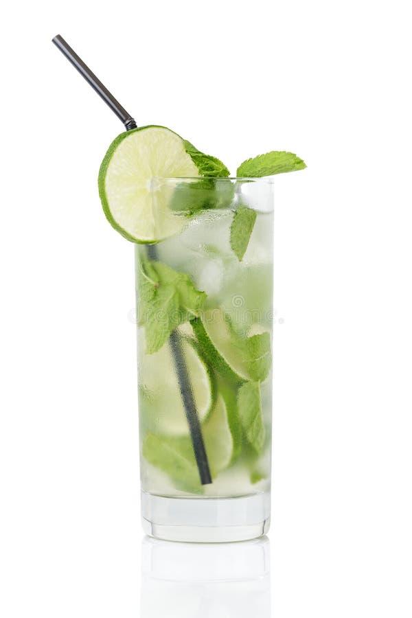 Mojito de refrescamento do cocktail com açúcar de bastão, cal fotografia de stock royalty free