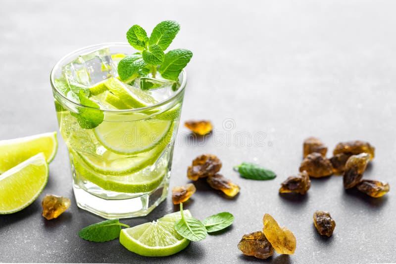 Mojito de refrescamento do cocktail do cal da hortelã do verão com rum e gelo no vidro imagem de stock royalty free