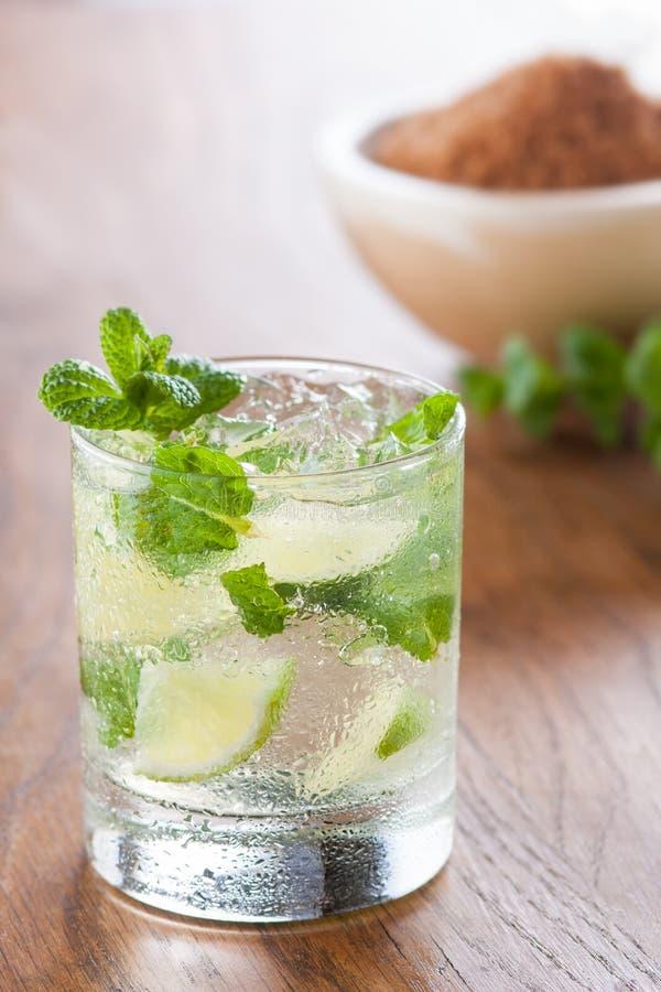 Download Mojito Diende In Een Glas Met Verpletterde Ijs En Kalk Stock Afbeelding - Afbeelding bestaande uit koude, glas: 29500845