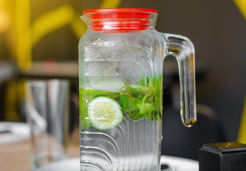 Mojito drink i den ångade glass tillbringaren, limefrukt, mintkaramell arkivfoton