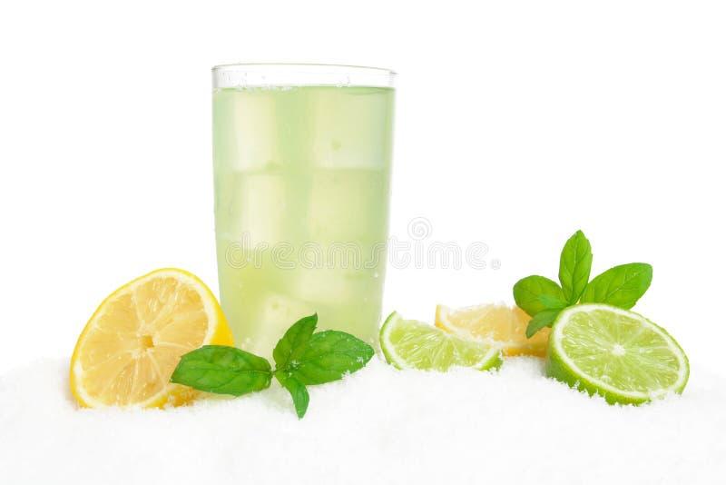 Mojito drink på is med citroner, limefrukter, sidor på vit arkivbild