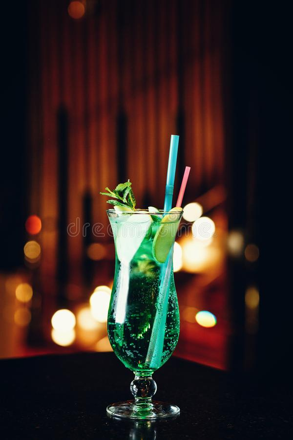 Mojito in een glas met een stro op een donkere achtergrond royalty-vrije stock afbeeldingen