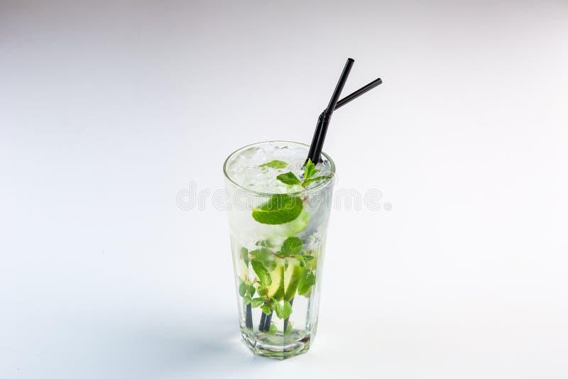 Mojito in een lange glaskop met een stro stock afbeeldingen