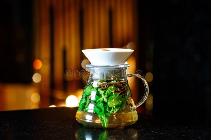 Mojito en un jarro en una tabla oscura imagen de archivo