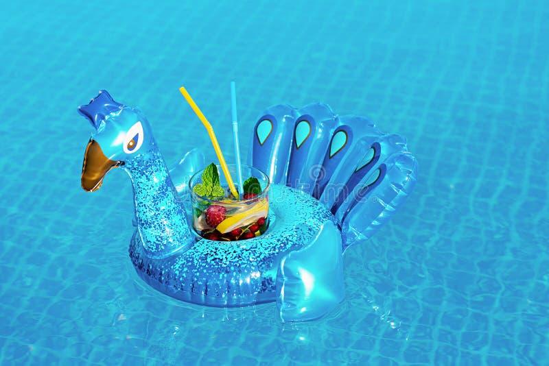 Mojito fresco del coctail en el juguete azul inflable del pavo real en la piscina Concepto de las vacaciones fotografía de archivo