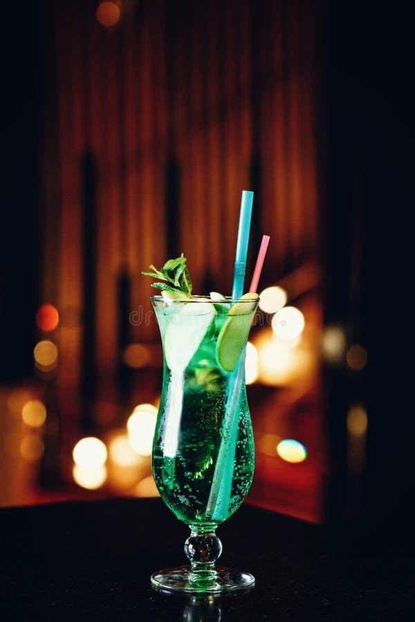 Mojito i ett exponeringsglas med ett sugrör på en mörk bakgrund royaltyfria bilder