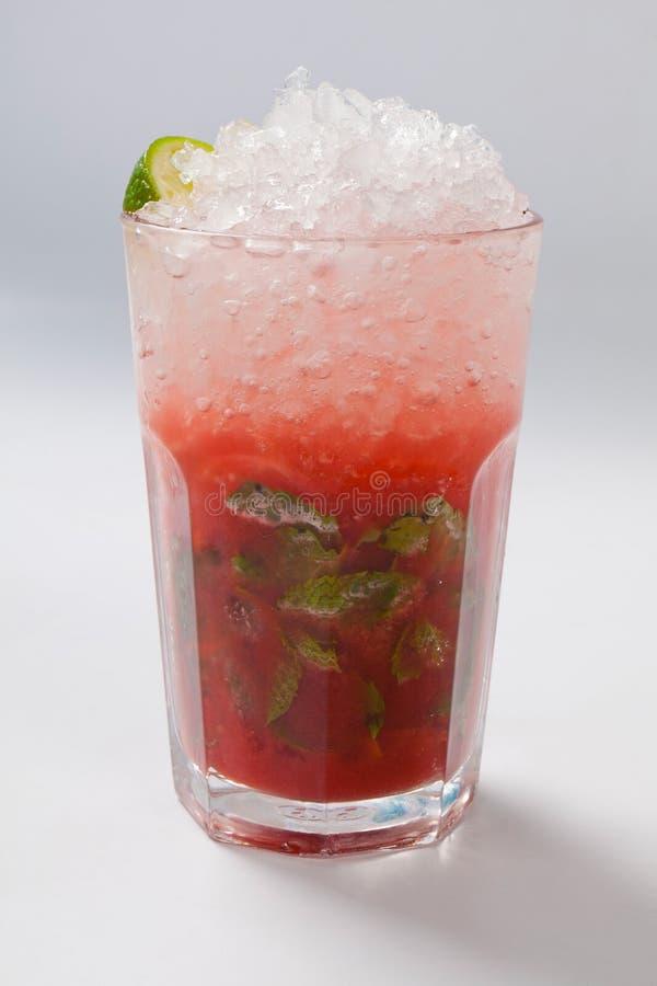 Mojito jordgubbecoctail closeup som isoleras på vit bakgrund arkivfoto