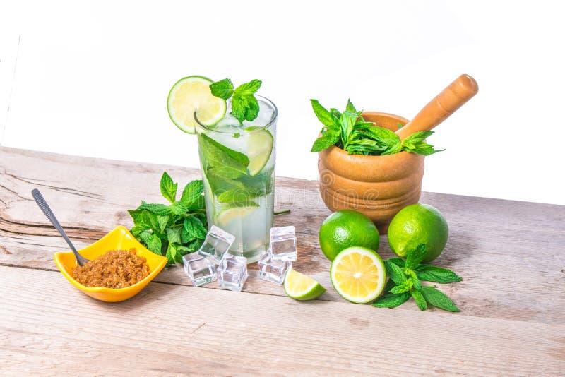 Mojito koktajl z świeżym wapnem, nowymi liśćmi i kostkami lodu, Mojito koktajlu składniki obrazy stock