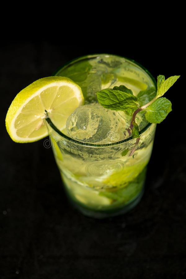 Mojito koktajl z rumem, brązu cukierem, cytryna sokiem, mennicą i sodowaną wodą, obraz royalty free