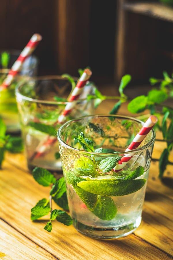 Mojito ny alkoholiserad coctail med limefrukt, is och mintkaramellen arkivbild