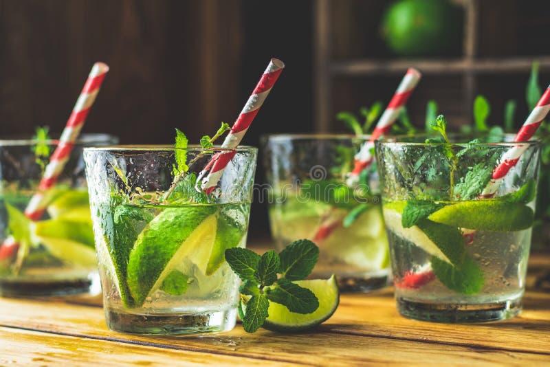 Mojito ny alkoholiserad coctail med limefrukt, is och mintkaramellen arkivbilder