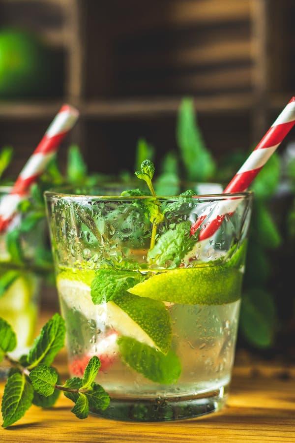 Mojito ny alkoholiserad coctail med limefrukt, is och mintkaramellen royaltyfria foton