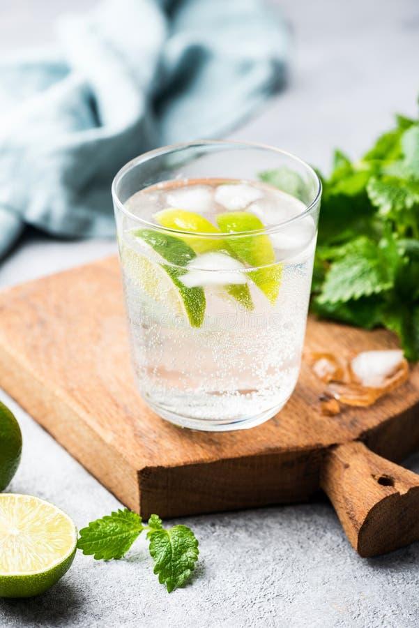 Mojito ou limonada efervescente sem álcool imagem de stock royalty free