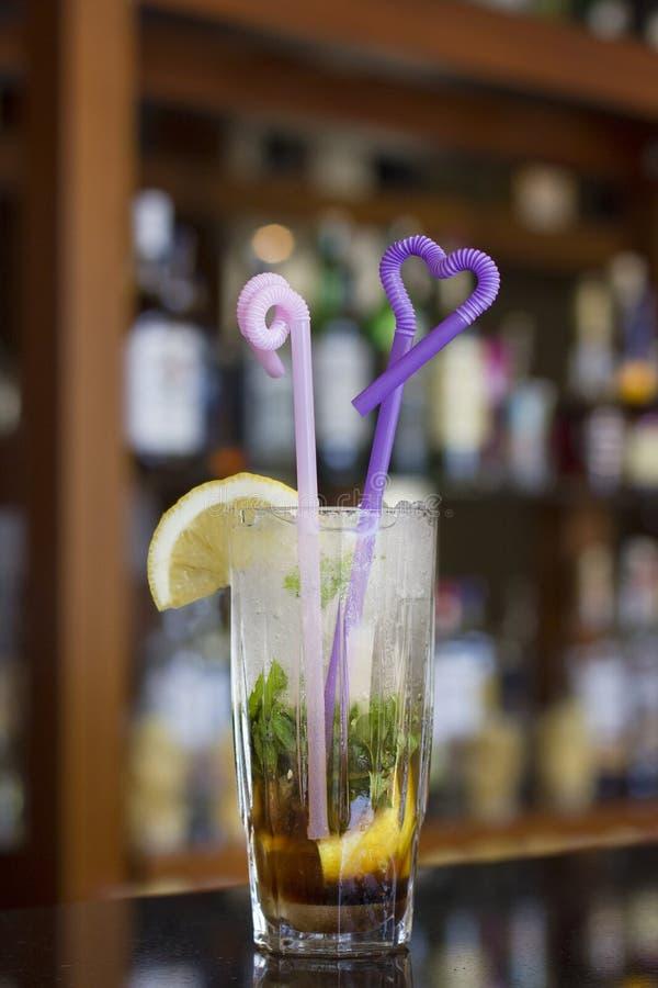 Mojitococktail met ijs op de bar stock afbeeldingen