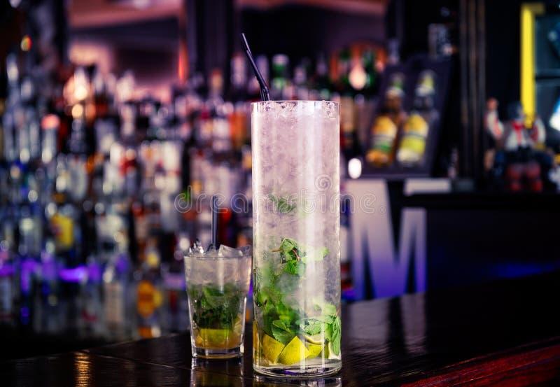 Mojitococktail op de bar royalty-vrije stock afbeelding