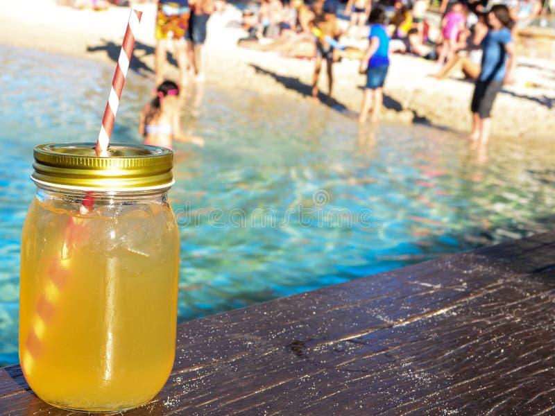 Mojitococktail op strandzand en tropisch zeegezicht royalty-vrije stock fotografie