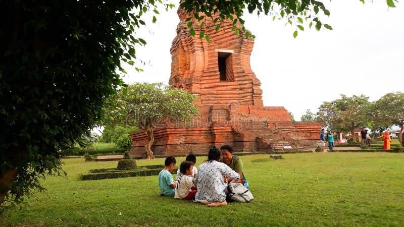 Mojokerto, East Java/Indonesia - 15 giugno 2019: viaggio della famiglia al tempio di brahu che gode uguagliando tempo fotografia stock libera da diritti