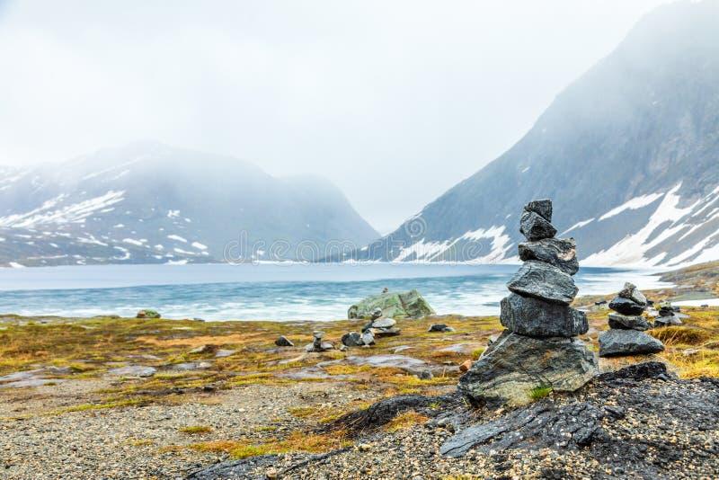 Mojones de piedra en el lago Geiranger, región de Sunnmore, más condado de Romsdal del og, Noruega Djupvatnet fotografía de archivo