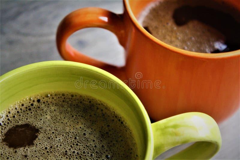 Mok Amerikaanse Koffie op Hout stock afbeelding