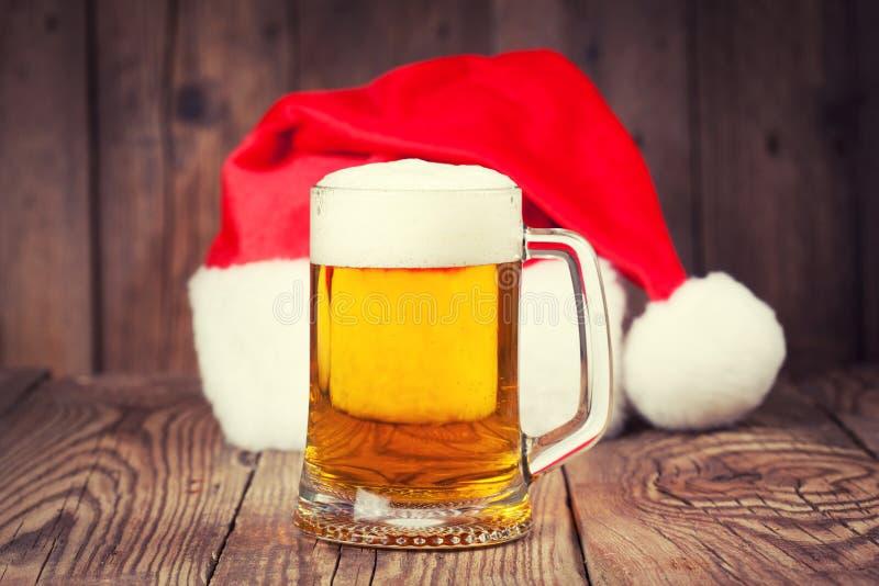 Mok bier met de hoed van de Kerstman royalty-vrije stock afbeelding