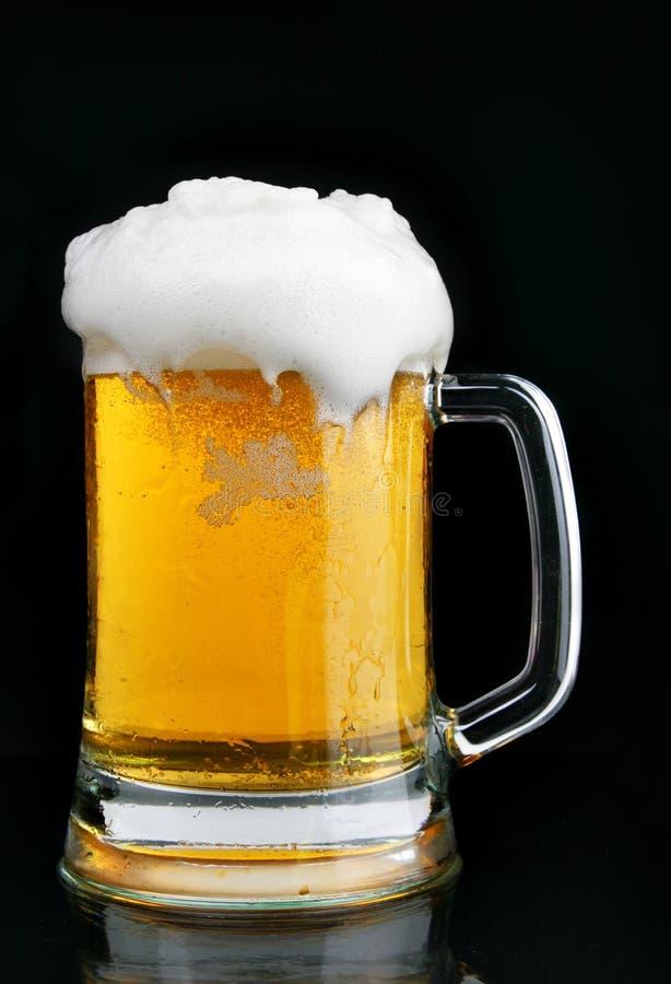 Mok bier met schuim stock fotografie