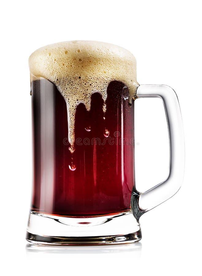 Mok dik donker bier met schuim stock fotografie